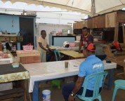 Mama Papua verkoopt oliebollen