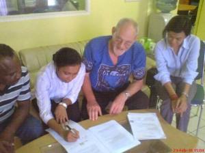 Foto: Derek Windessi, Phile T. R. R. Bonay, Jaap M. van der Werf en mevrouw Dewi