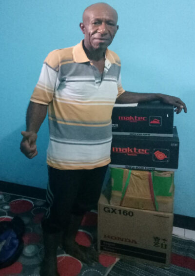 Dickson Uropkulin receives the new tools for his construction project in Oksibil